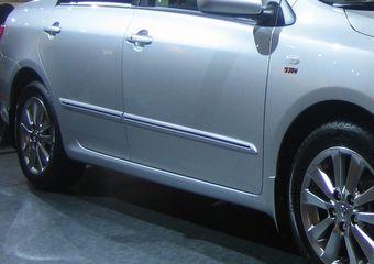 Боковые молдинги c хром полоской по низу двери Corolla