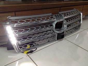 Решетка радиатора с ходовыми огнями и под камеру LC150
